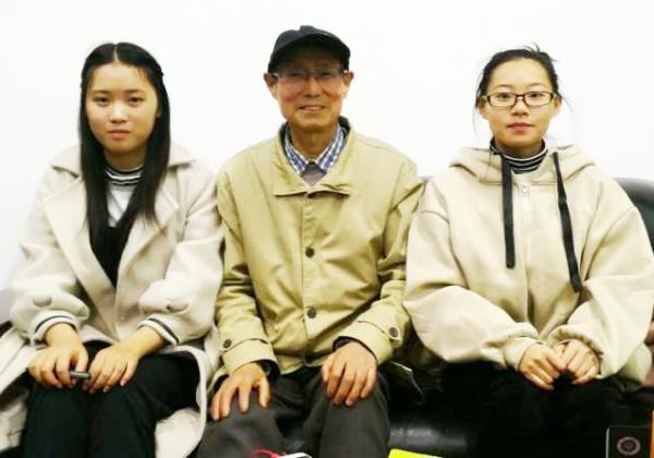 图片3:学生记者与傅老合影.png