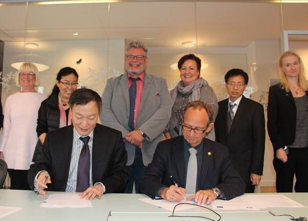 8. 2014年11月,李言荣校长访问瑞典皇家理工学院,两校签署合作协议.jpg