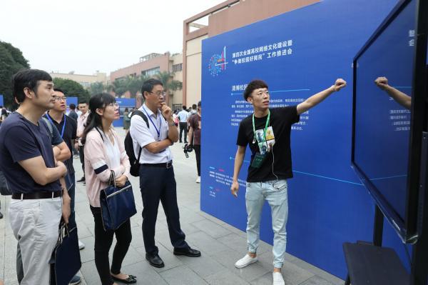 与会代表参观高校网络文化建设成果展.jpg