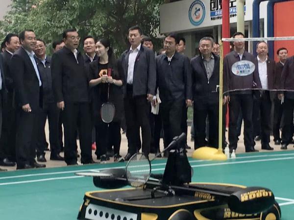 学院优秀学生代表黄山为李克强总理介绍创业产品.jpg