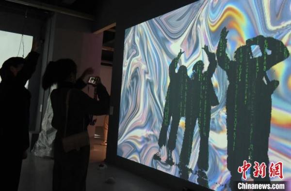 图为参观者体验互动装置。 周毅 摄