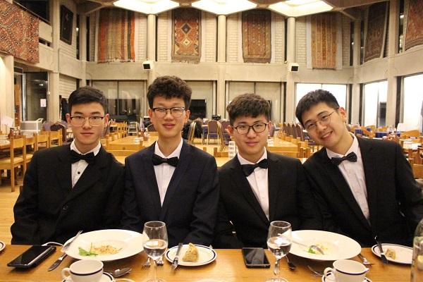 UESTC同学体验英式正餐.jpg