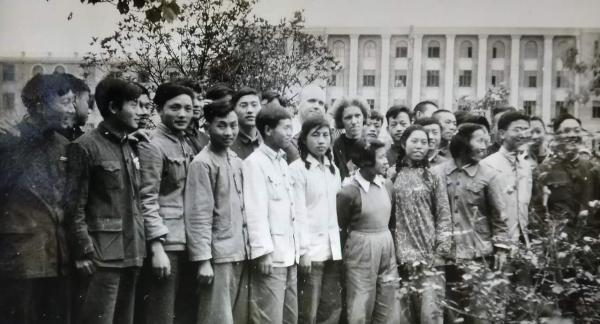 图片2:5627班与苏联专家列别捷夫夫妇(后排中)、吴立人院长(前排右一)合影留念.png